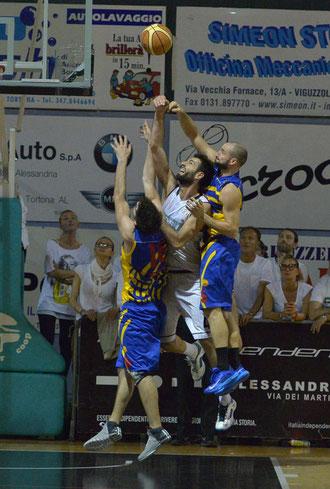 Lotta ad alta quota per la palla (foto Daniele Piedinovi)