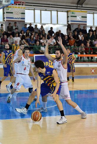 Manuelli nel cuore della difesa biancorossa, sostanziosa la sua partita (foto Daniele Piedinovi)