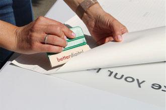 Folienbeschriftung Nassverklebung – Traegerpapier abziehen
