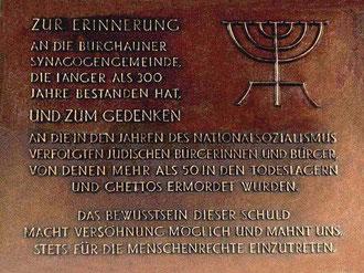 1994 errichtete Gedenktafel im Schlosshof