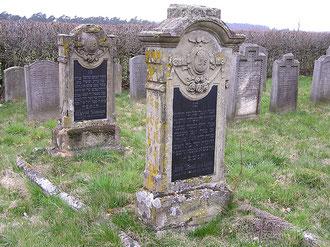 Gräber auf dem jüd. Friedhof in Langenschwarz, im Vordergrund diejenigen von David und Jette Simon