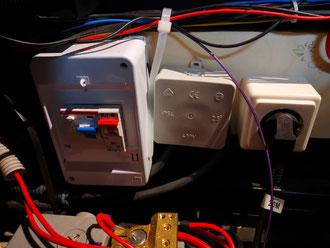V.Ln.r.: Sicherungskasten mit FI-Schalter und Sicherung. Anschlussverteilung, Verbraucher (hier Anschluss zum Votronic VBCS)