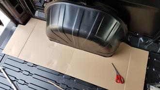 Vor und hinter dem Radkasten kann kein Gaskasten platziert werden, dort sind an der Unterseite die Federelemente angebracht.