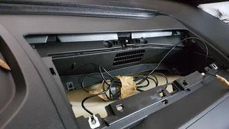 Unter dem Handschuhfach, hier ist Platz für viele Kabel