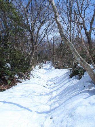 比丘尼転がしです。まだ結構雪があり凍てついていた。