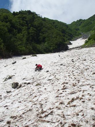 少し残っていた雪渓を歩いてみたら・・・あらら