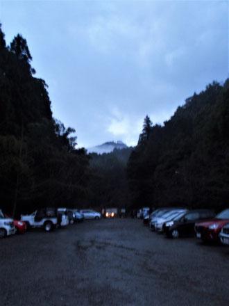 登山口駐車場から文殊山山頂を望む             頭だけ出している文殊山に今年の無事を祈る