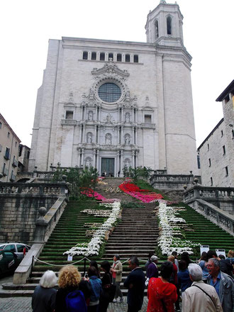 """Fassade der Kathedrale in Girona (bei einem """"Blumenfest"""")"""