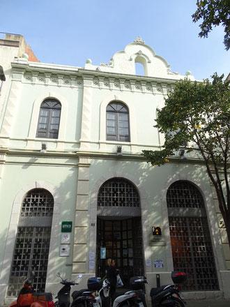 Die ehemalige evangelische Kirche im Carrer Nou - Heute Sitz der Stiftung Clerch i Nicolau und Bildungszentrum. Oben das leere Glockentürmchen