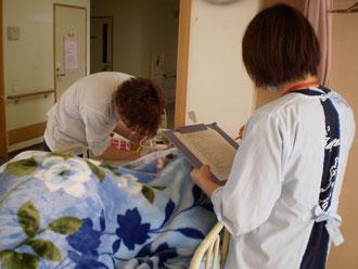 施設内での研修(たんの吸引)の様子。指導看護師との二人三脚です