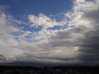午後から日が差し込みました。同時に次の雨雲が顔を出しました
