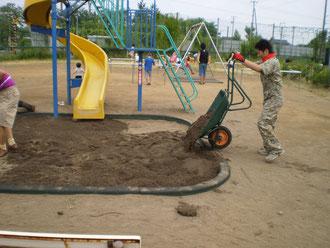 子どもたちの遊び場に敷き詰めました