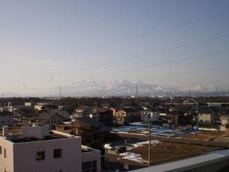 朝日を浴びた今日の町並み。雪もほとんど消えました