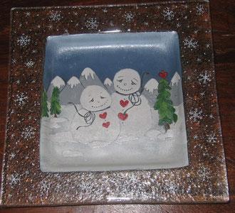 Bonhommes de neige amoureux peints sur un vide-poches en verre