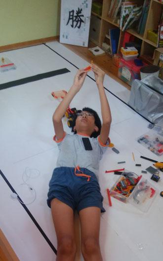 ロボット教室全国大会 テクニカル競技用のコースで練習中