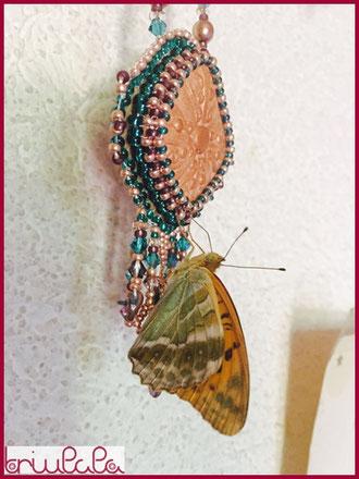 """Ein Schmetterling hält Rast auf dem Collier """"Esmeralda"""""""