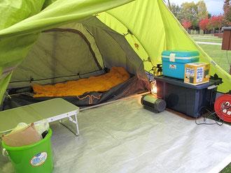 テントの内部は2室構造で、寝室とリビングに分かれています