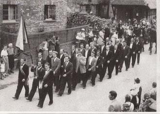 Der Männerchor beim Festzug anlässlich seines 50 jährigen Jubiläums
