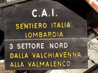 Schönes Holzschild des Sentiero Italia beim Aufstieg ins Val Codera