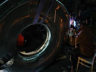 """Schweißarbeit an der 5 Tonnen schweren Stahlskulptur """"ON"""" entworfen von Dr. Johann Berger. 3D-Kunst GmbH"""