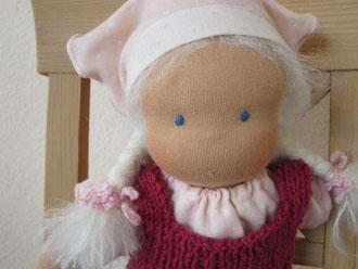 Puppenmädchen Alva wird bei einer kleinen Hanna unterm Weihnachtsbaum liegen...