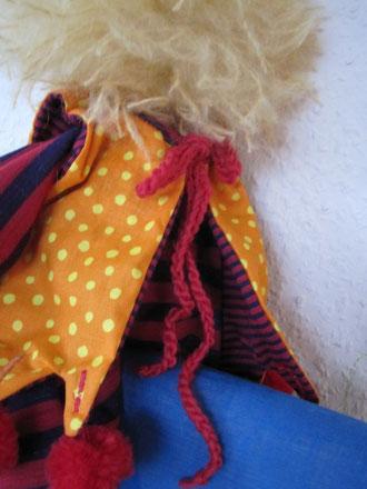 ... orange-gelb gepunktetem Zipfelkleidchen mit selbstgemachten leuchtend roten weichen Wollpompoms...