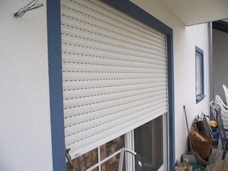 Rollladen in Kunststoff, doppelwandig, mit Aluminium-Endleiste in der Farbe weiß