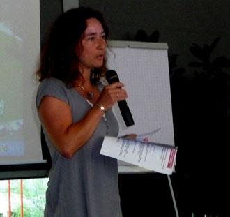 """Miriam Scharnweber, Koordinatorin des Netzwerkes, eröffnet die Veranstaltung """"Begleitung von Eltern mit Verlusterfahrungen"""". Insgesamt folgten 92 Interessierte aus 11 Berufsgruppen den Vorträgen und nahmen an den Workshops teil."""