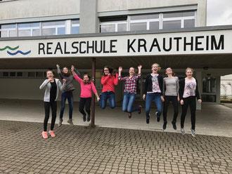 """Die Schülergruppen """"chemie8"""" und """"PanierteSchnitzel4"""" der Realschule Krautheim: v.l. Antonia Fieß, Thea Lang, Nicole Bringezu, Lena Schirmer, Hannah Dorsch, Loreen Schmitt, Laura Koch, Selina Gärtner, es fehlt: Andreas Zürn"""