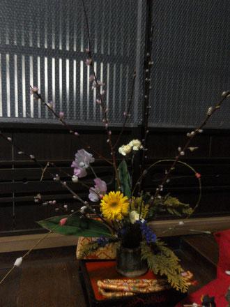 竹筒に桃・ネコヤナギ・餅花、春の花!