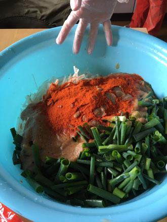 3の白菜以外の材料を混ぜ合わせるところ。