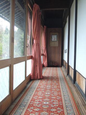無垢の木の廊下も、これからは絨毯と厚手のカーテンで寒気を防ぎます