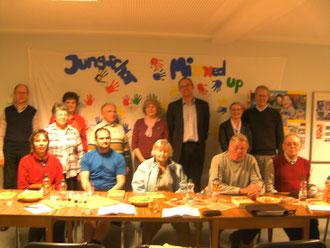 Gemeindemitglieder unten im Jugendraum mit dem früheren Direktor der EGfD Andres Klotz (hintere Reihe, 3. v. r.)...