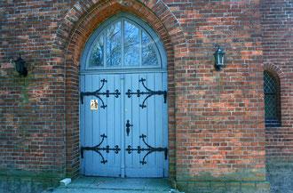 Die schöne Kirchentür mit Plakette