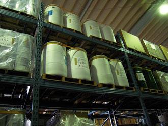 ユーザー事例写真:倉庫でのドラム缶と木製パレットの間にグリップシートを敷いた地震対策の様子