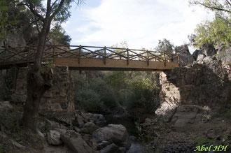 Detalle de la pasarela de madera sobre el río Moros