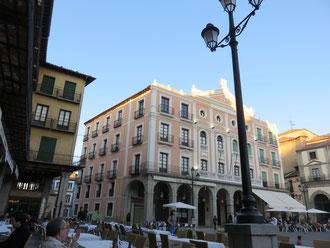 Fachadas del teatro Juan Bravo, en la Plaza Mayor de Segovia