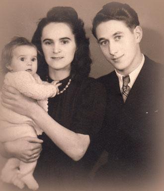 Birgitta, 1947, mit den Eltern Mathilde und Heinz Lindermann