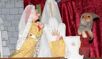 Als der König einmal wegreitet, kommt das Männchen, um das Kind zu holen. Aber Helene weint so sehr, dass es ihr eine Chance gibt: Sie hat drei Tage Zeit, um seinen Namen zu erraten. Dann kann sie ihr Kind behalten.