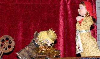Der König ist begeistert von dem Haufen Gold, aber nun will er noch mehr! Helene soll ihn reich machen und drei große Haufen Stroh zu Gold spinnen.