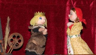 Der König stellt Helene auf die Probe. Wenn sie kein Gold spinnen kann, muss sie sterben.