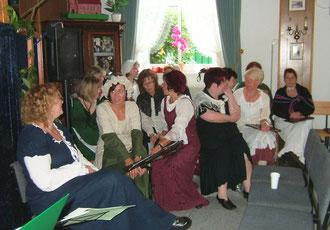 """Premiere am 25. Juni 2011: Einige Sängerinnen des Chores """"Querbeet"""" sind noch ganz entspannt!"""