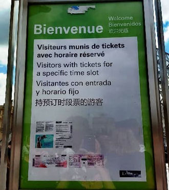 Louvre Eingang mit Ticket Hinweisschild