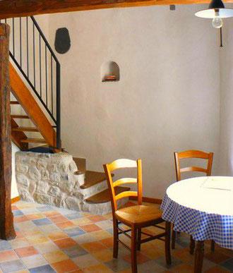 La salle à manger du gîte de la Dourbie, à l'Auberge de la Fabarède à Saint-Jean du Bruel, au sud de l'Aveyron