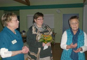 Inke Carstensen-Klatt und Marion Lammers bedanken sich herzlich bei Frau Cordula Nissen (li.)