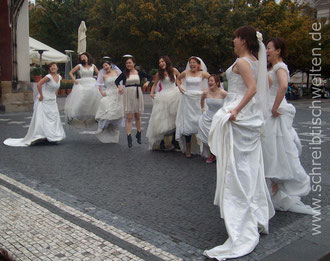springende Bräute in Prag