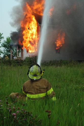 Brennendes Haus wird gelöscht