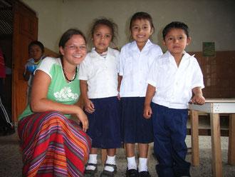 Sina mit Kindern aus der Hogar Schule (2007)