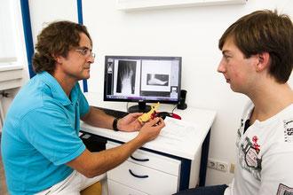 Bestprechung des Röntgenbildes mit dem Patient