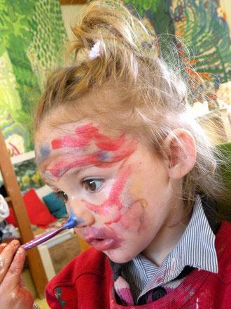 Charlotte : leçon de maquillage pour ses 2 ans!